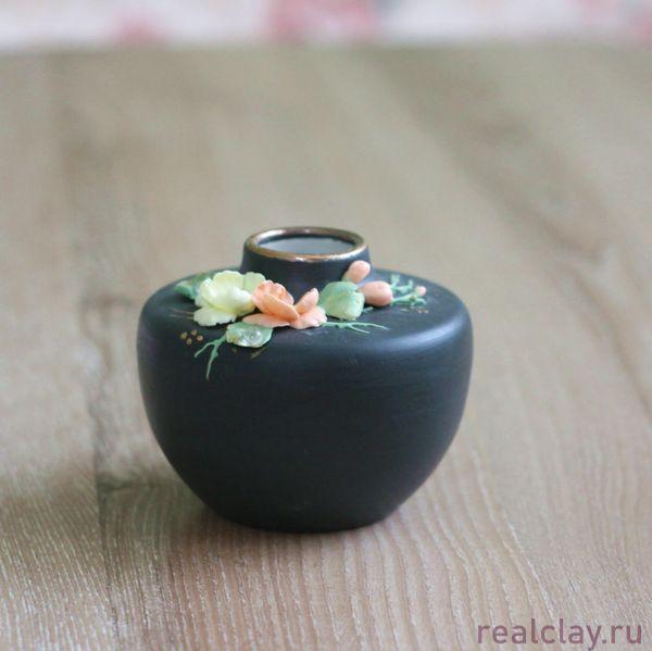 Керамическая вазочка ручной работы с цветами из фарфора